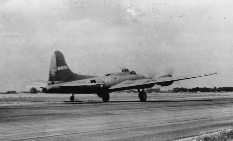 A B-17 Flying Fortress (serial number 41-24579) of the 365th Bomb Squadron, 305th Bomb Group prepares for take off. Handwritten caption on reverse: '30/6/43.'