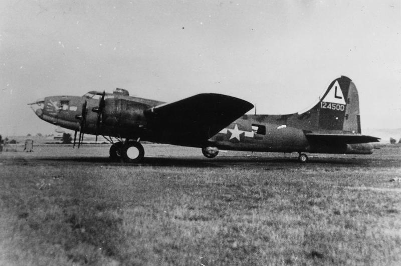 A B-17 Flying Fortress (serial number 41-24500) of the 381st Bomb Group. Handwritten caption on reverse: '125.'