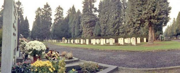 A view of plot CC of the General Cemetery in Maastricht with the military graves in 1945.