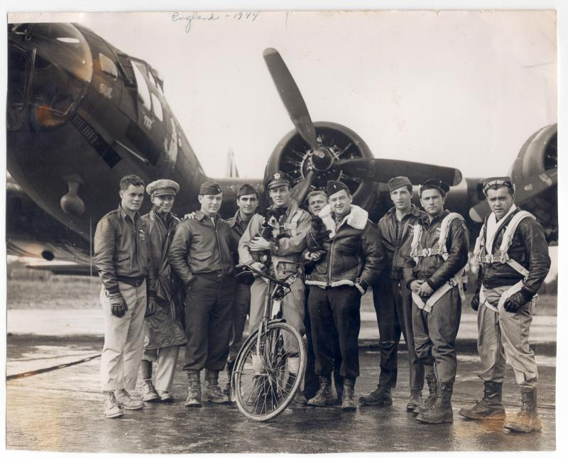 A bomber crew of the 390th Bomb Group with their B-17 Flying Fortress ( serial number 42-31027) nicknamed