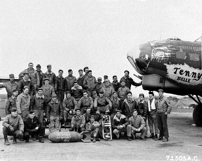 42-31083 (Tenny Belle (FR-A)) with members of the 525th BS Ordnance Armament Crew