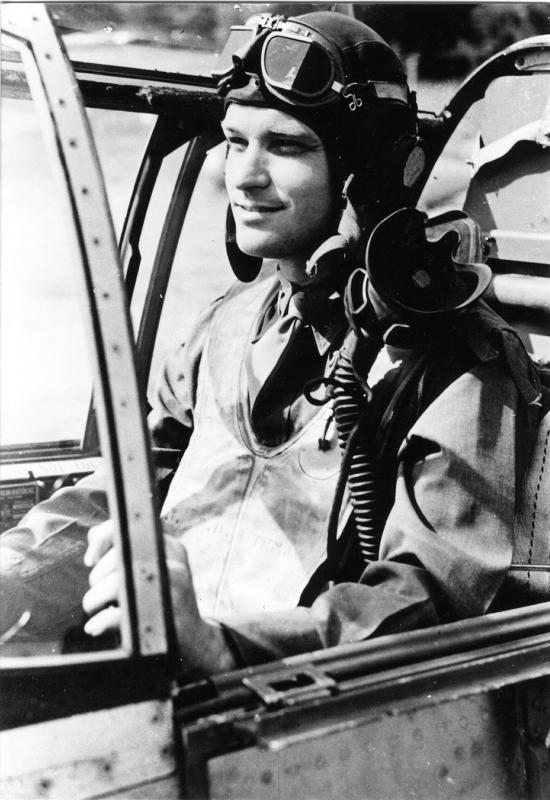 Lt. Paul H. Bateman enlisted on 18 March 1942 at Fort Bragg, NC. Assigned to the 370th Fighter Squadron in April 1943, he completed his combat tour of duty in July 1944 with 301-1/2 hours and 1-3/4 aerial victories and 1-1/3 ground. Aircraft included P-51B CS-O 42-106926.