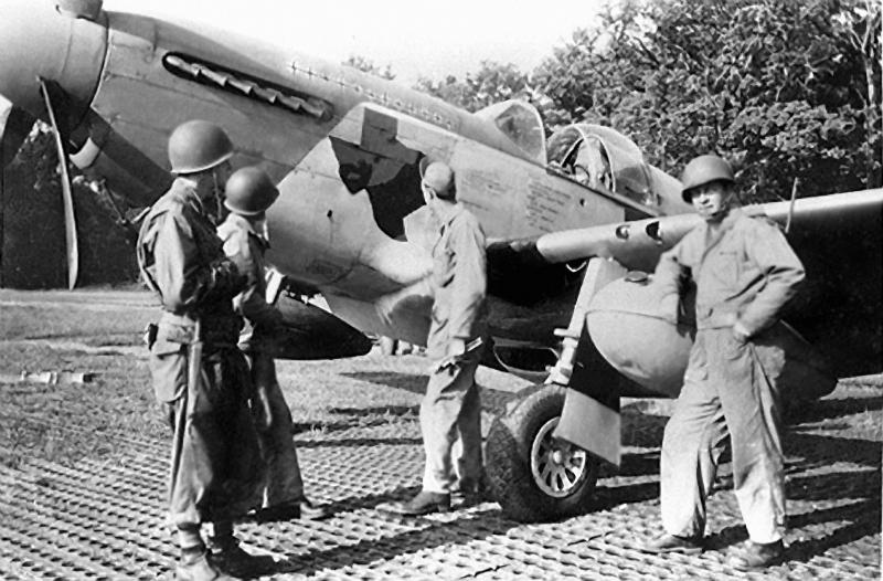Ground crewmen with P-51 Mustang (PZ-A_, serial number 42-106635) nicknamed